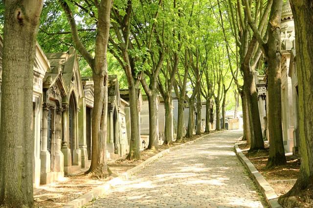 1485430396_800px-Père_Lachaise_Cemetery_03
